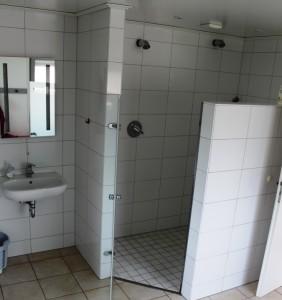 Der barrierefreie Duschbereich sorgt dafür, dass auch nicht mehr die jüngsten ohne Probleme duschen können.